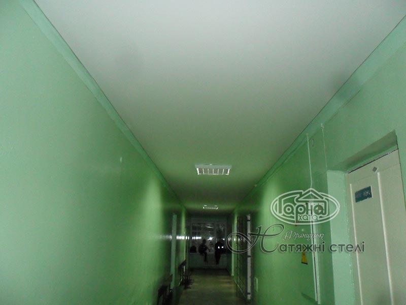 матова натяжна стеля в коридорі