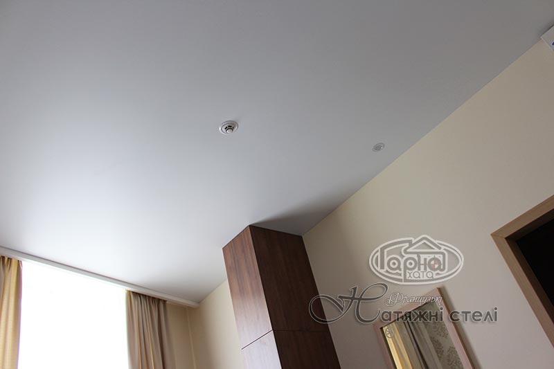матові натяжні стелі в готелі