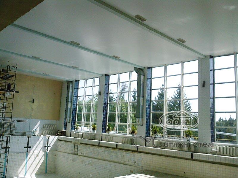 матові натяжні стелі басейн